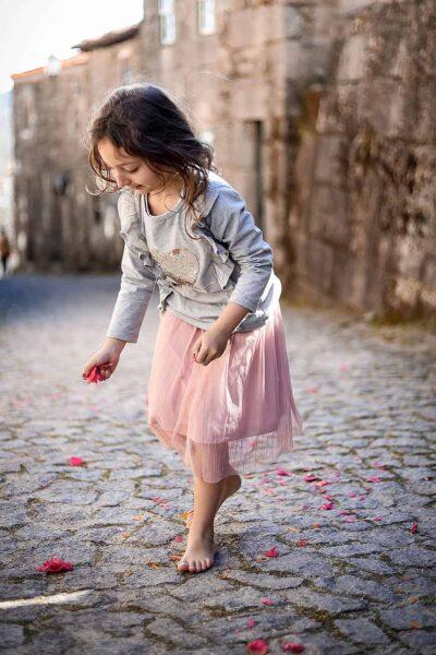 generative-quem-somos-crianca-recolher-flores-chao