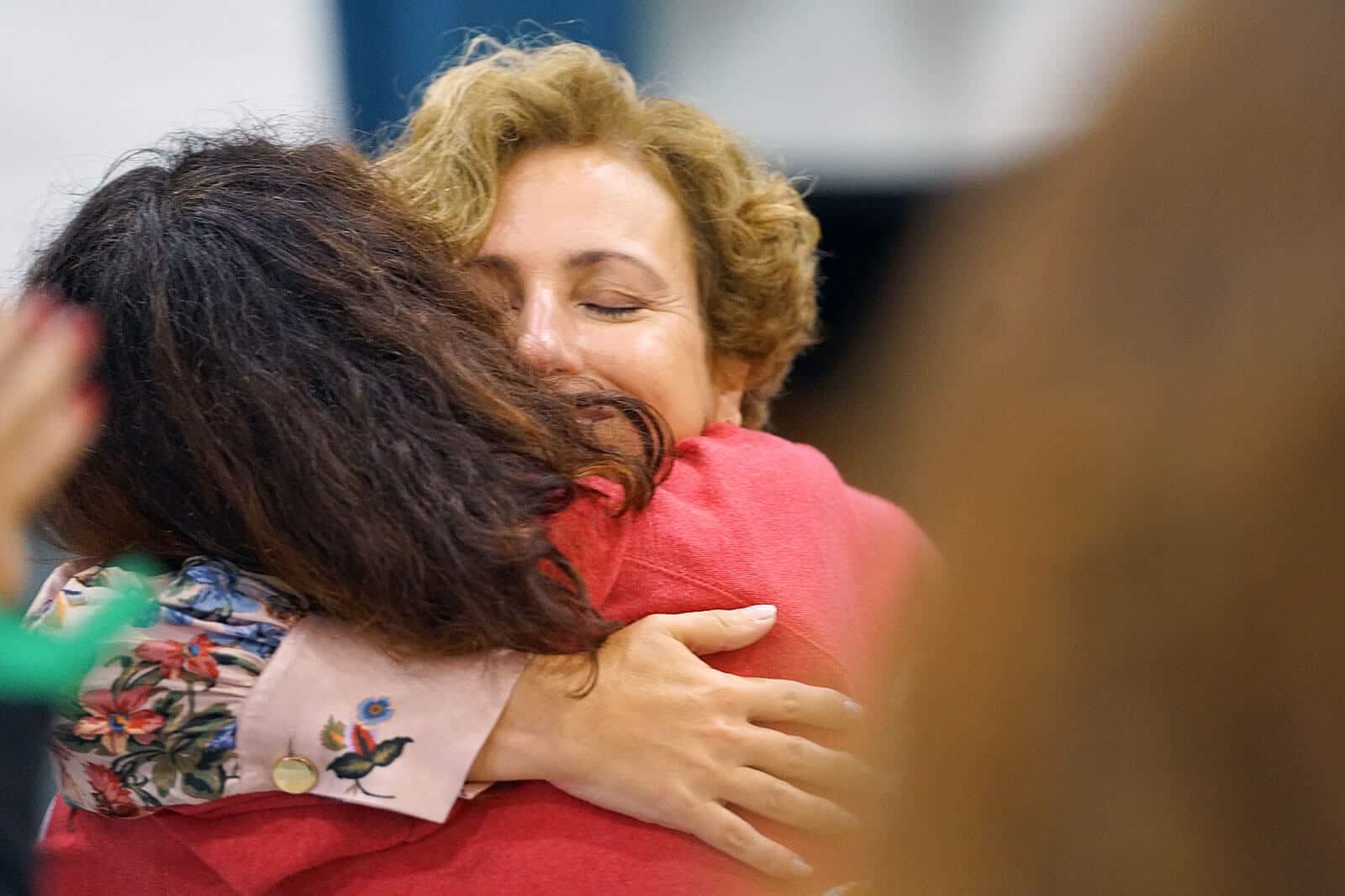 Duas pessoas abraçadas