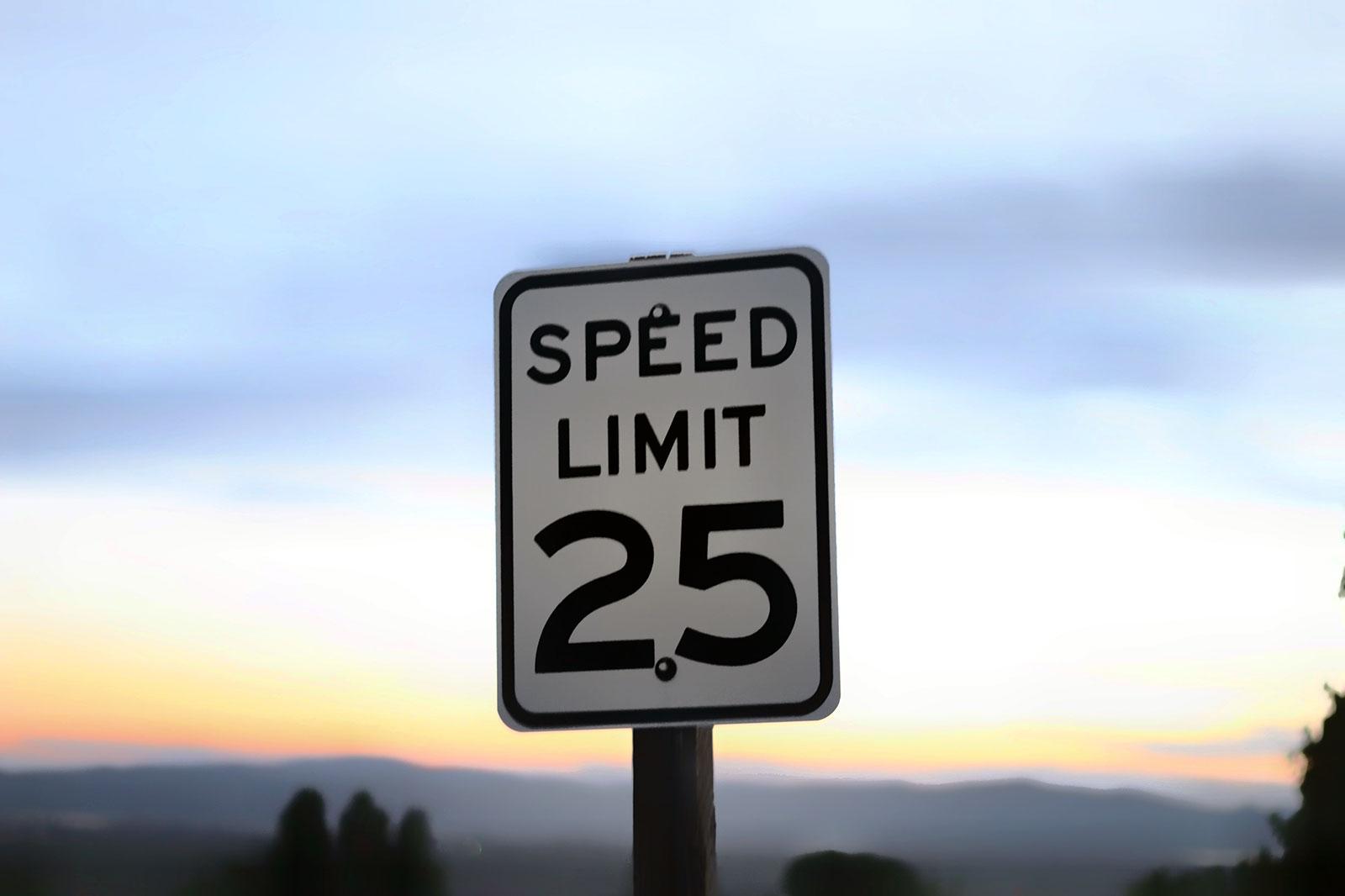 Sinal com limite de velocidade ao pôr-do-sol