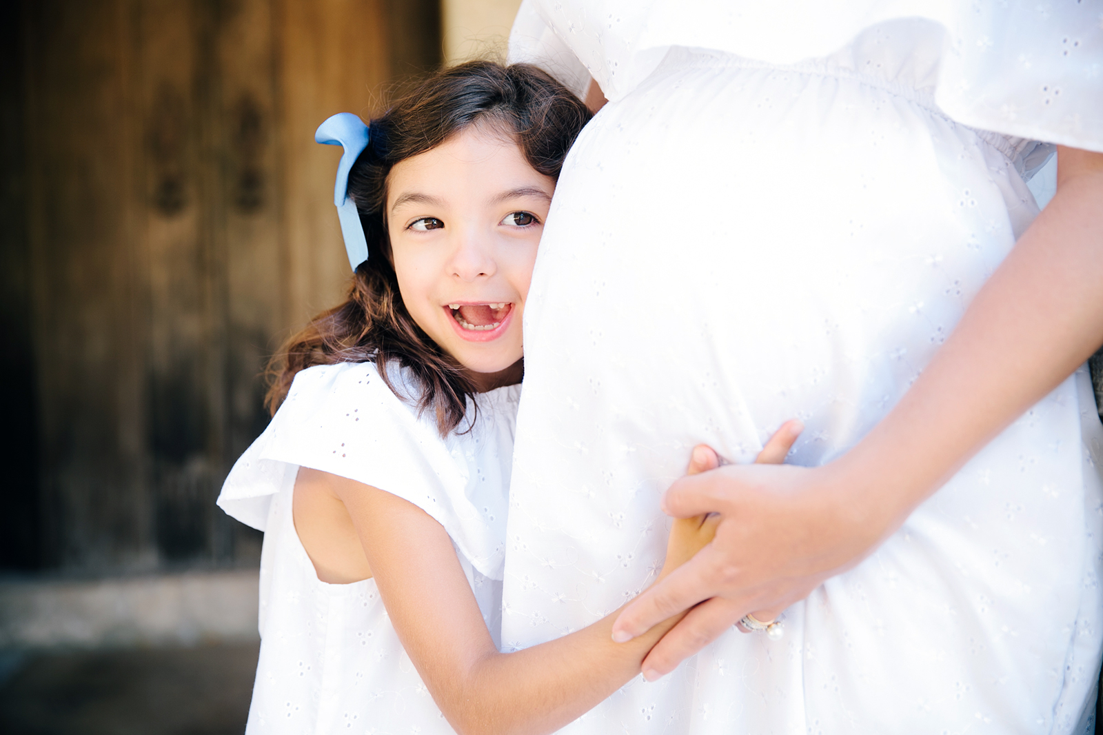 Criança abraçar barriga grávida