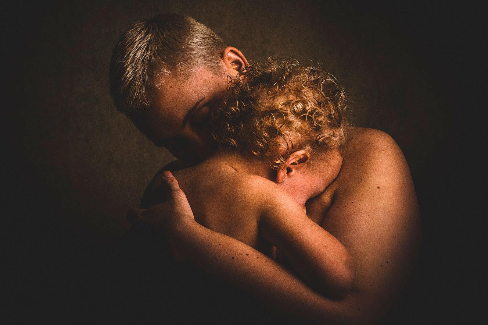 Pai a abraçar filho