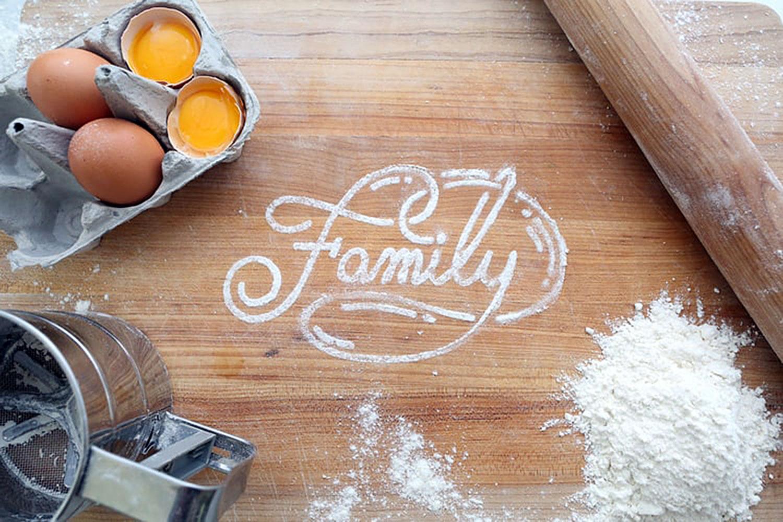 Mesa de madeira com ingredientes para cozinhar e palavra familia