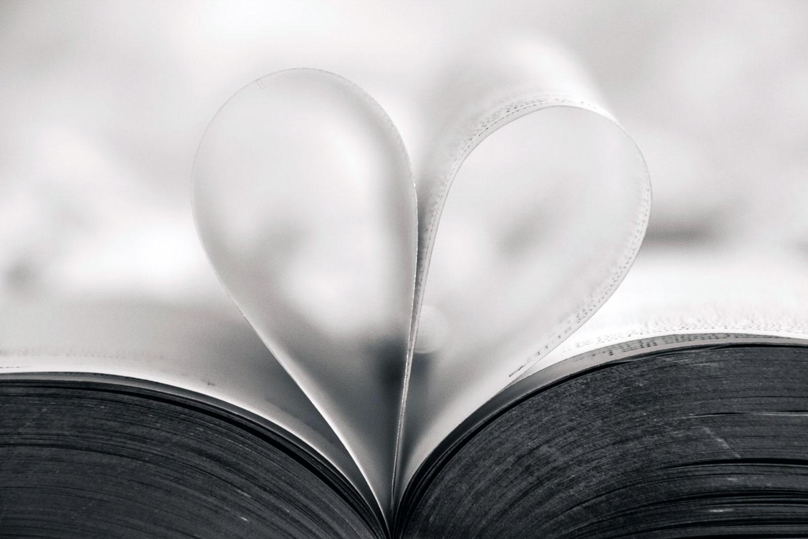 Livro com folhas dobradas em forma de coração
