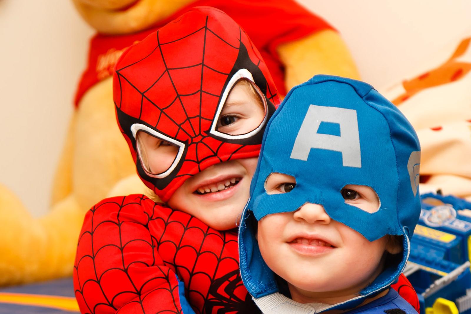 Crianças vestidas de super-hérois homem aranha e capitão américa
